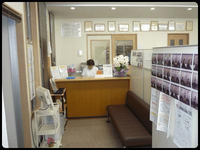 「交通事故治療と整体が専門」の足利市なごみ整骨院の受付と待合室です。