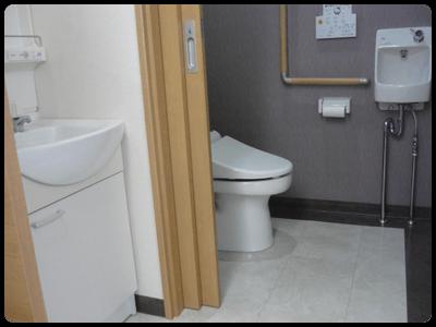 「交通事故治療と整体が専門」の足利市なごみ整骨院の広いトイレです。